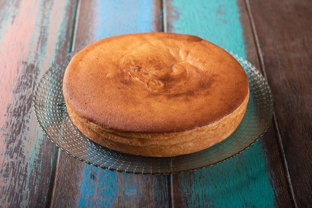 Torta di manioca con fondo di legno rustico.
