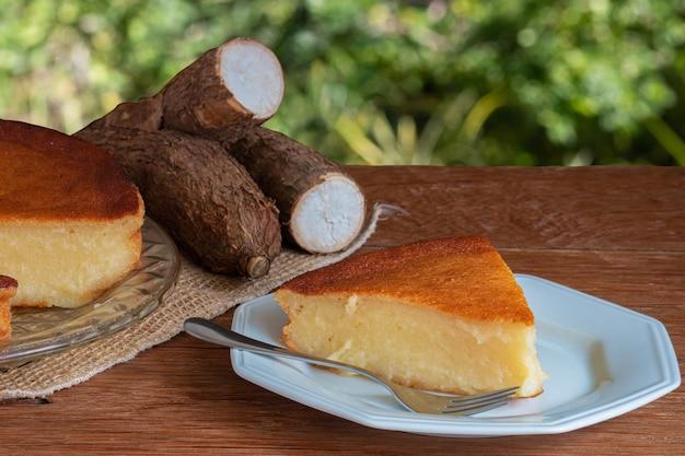 Torta di manioca sulla tavola di legno Foto Premium