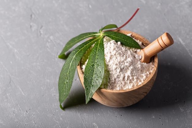 Farina di manioca su sfondo grigio
