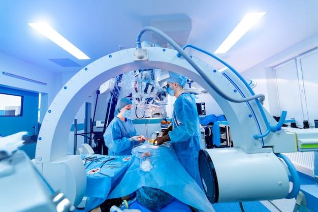 Manipolatori che eseguono un intervento chirurgico su un paziente
