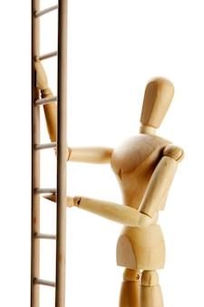Manichino sulla scala in legno, isolato su bianco