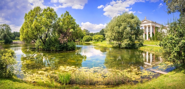 Manor nel giardino botanico e uno stagno sul territorio di vdnkh a mosca in una giornata estiva
