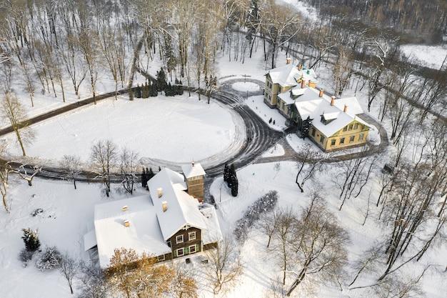 Maniero nel parco invernale loshitsky. minsk, bielorussia.