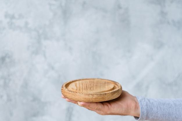 Man mano con vassoio in legno