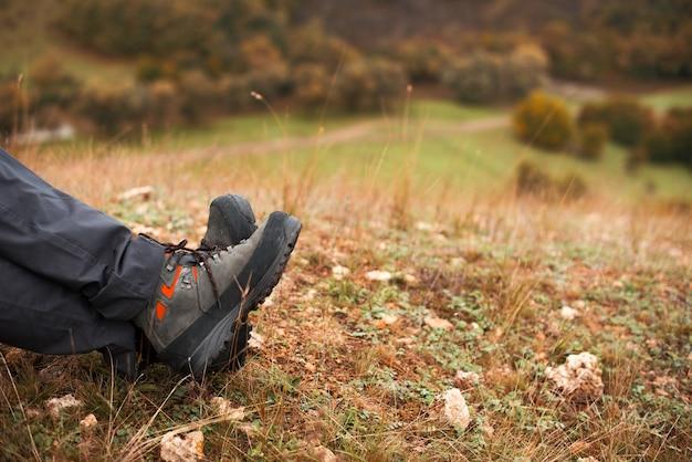 Equipaggia le gambe su una collina nella stagione autunnale
