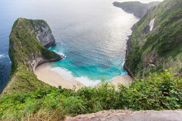 Manta bay o kelingking beach sull'isola di nusa penida, bali, indonesia