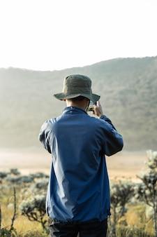 Una foto scattata con il telefono in una montagna con la nebbia