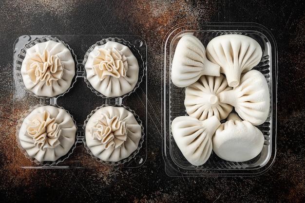Gnocchi manti o manty, popolare piatto asiatico in vassoio di plastica