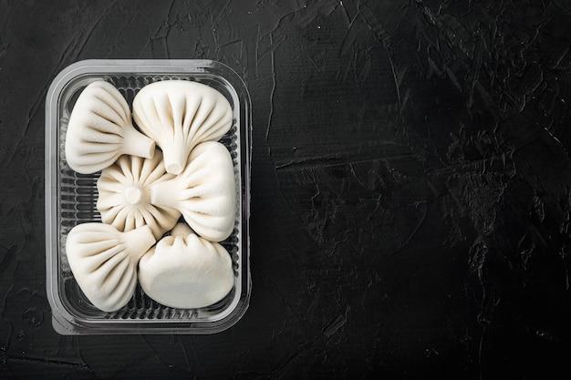 Manti, ravioli tradizionali turchi nel vassoio di plastica, vista dall'alto laici piatta