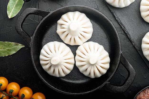 Manti, set per ravioli della tradizione turca, in padella in ghisa, su pietra nera
