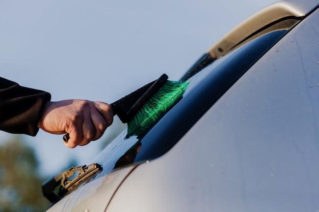 Lavaggio auto manuale con spazzola all'aria aperta