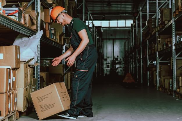 Lavoro manuale. dipendente oberato di lavoro. incidente sul lavoro.