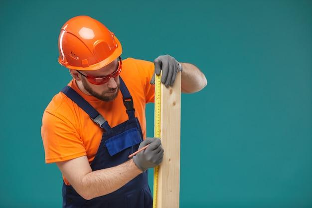 Plancia di legno di dimensionamento del lavoratore manuale