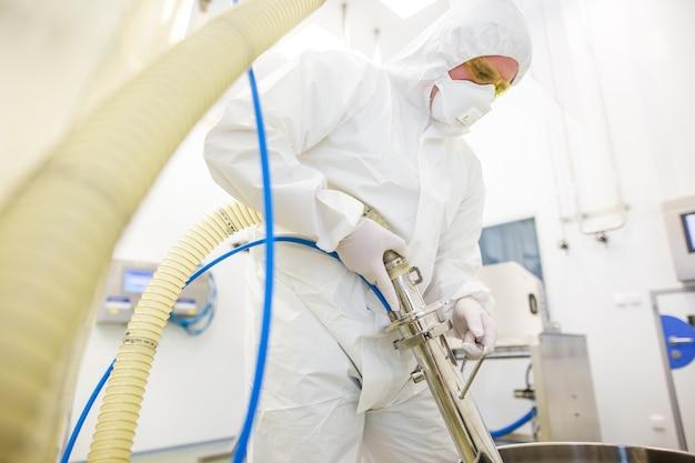 Fabbricazione di prodotti farmaceutici in laboratorio di chimica, concetto di sviluppo