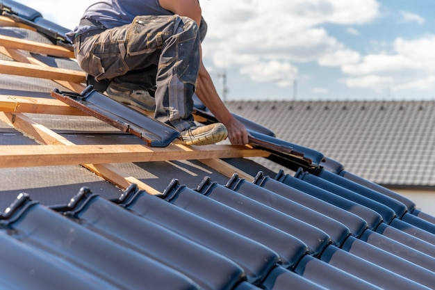 Fabbricazione del tetto di una casa familiare da piastrelle di ceramica. copia spazio