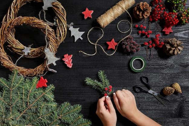 Produttore di decorazioni natalizie con le proprie mani ghirlanda di natale per le vacanze del nuovo anno c...