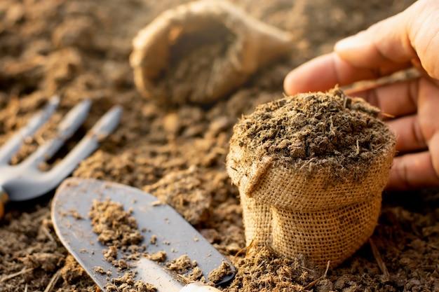 Letame o letame messo in piccoli sacchi utilizzati per l'agricoltura e l'agricoltura.