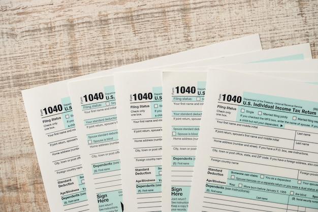 Molti 1040 modulo fiscale. concetto fiscale