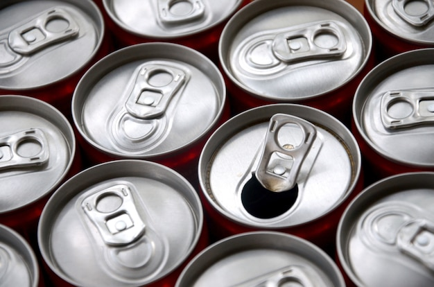 Molte lattine di alluminio per bevande gassate. pubblicità per la produzione di massa di bevande gassate o lattine