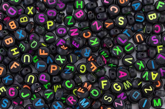 Molte perle nere con lettere