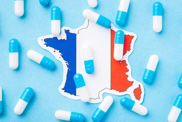 Molte capsule di pillole blu e bianche sulla bandiera della francia
