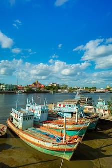 Molte barche ormeggiate all'alba al porto di chalong