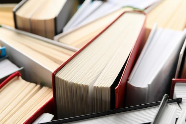 Molti libri su sfondo intero, da vicino. concetto di studio