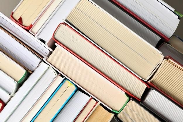 Molti libri su sfondo intero, vista dall'alto. concetto di studio