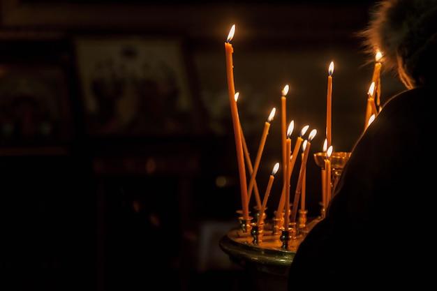 Molte candele di cera accese nella chiesa ortodossa o nel tempio per la cerimonia pasquale