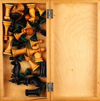 Molti pezzi degli scacchi in una scatola