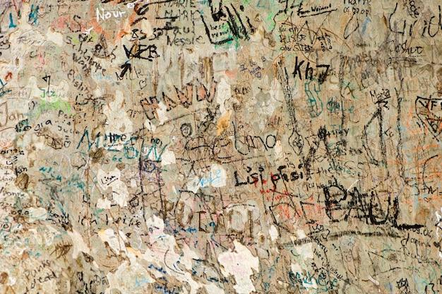 Molti graffiti colorati su un vecchio albero