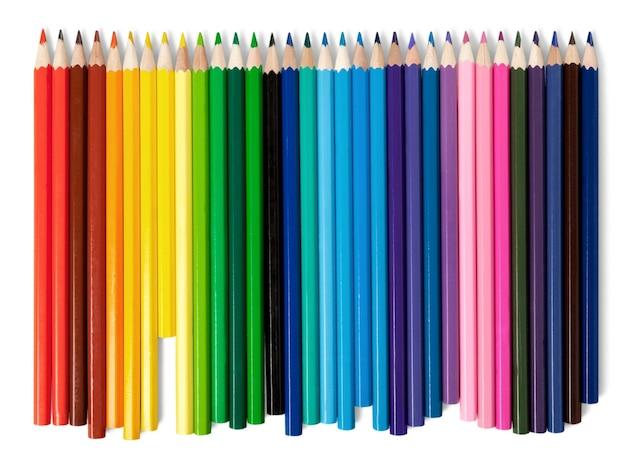 Molte matite colorate su sfondo bianco