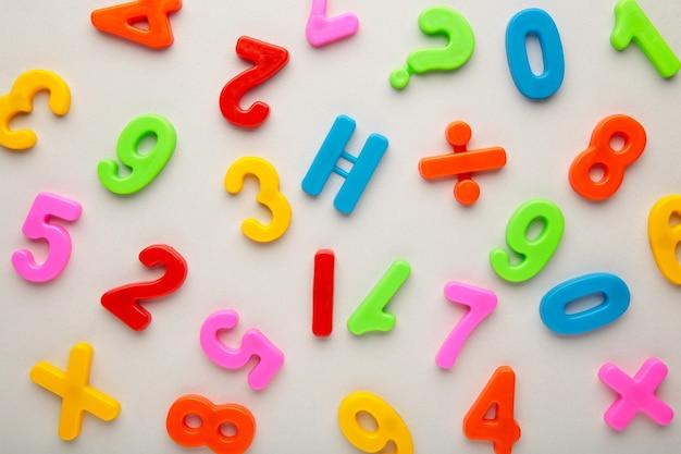 Molti numeri colorati su sfondo grigio con spazio di copia. vista dall'alto