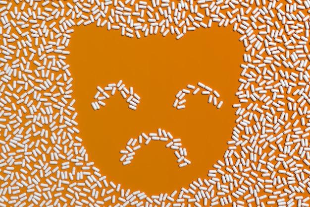 Molte compresse sbriciolate sotto forma di una sagoma di un gattino. illustrazione 3d