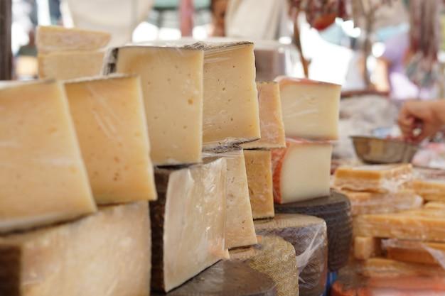 Molti formaggi tagliati sul bancone del mercato