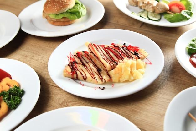 Tanti piatti deliziosi su un tavolo nel ristorante per bambini