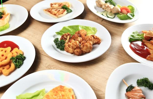 Tanti piatti deliziosi su un tavolo del ristorante