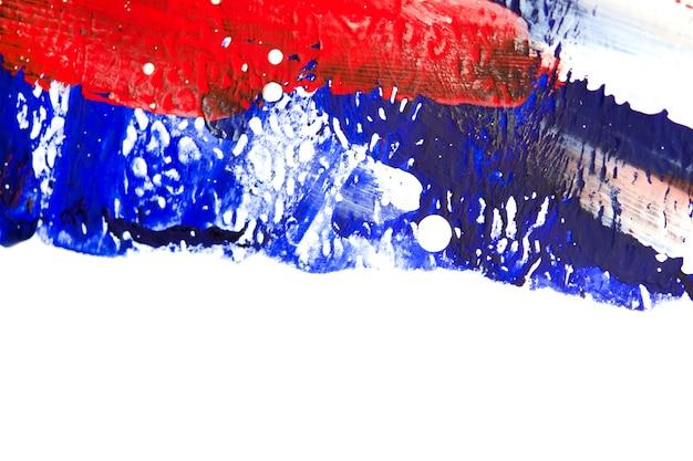 Molte linee colorate differenti dipinte sul primo piano della tela bianca. colori bianco, rosso, blu. pennellate su tela. crepe, graffi. fondo multicolore di arte di creatività di lerciume astratto