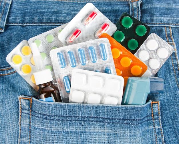 Molte medicine colorate diverse nella tasca dei jeans