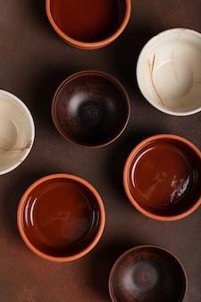 Molte ceramiche differenti su una vista dall'alto del tavolo scuro