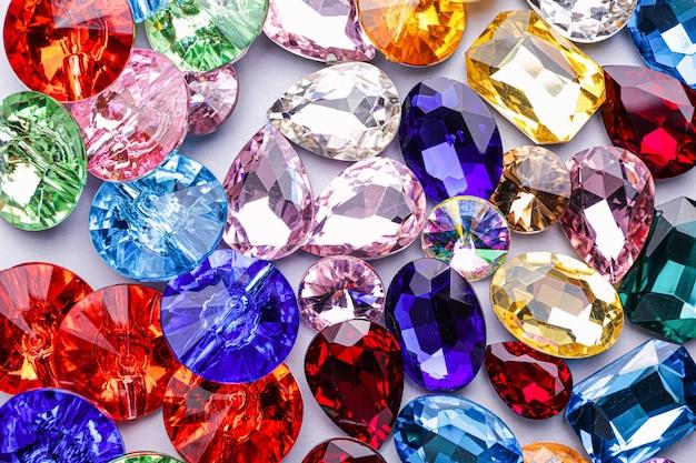 Molte pietre preziose differenti per gioielli, primo piano