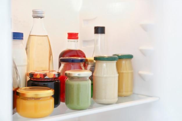 Molte diverse salse in frigo