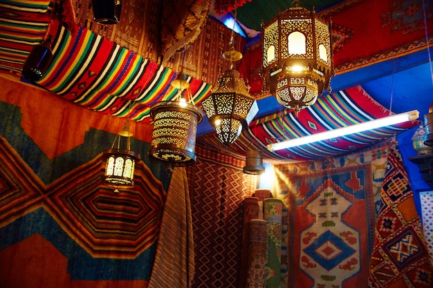Molti souvenir e regali diversi per le strade di chefchaouen. dipinti, tappeti, vestiti e prodotti fatti a mano per le strade del marocco. marocco, chefchaouen 13 dic 2017