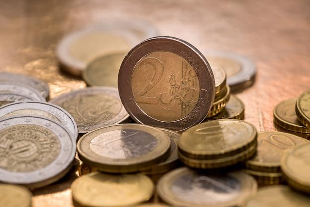 Molte monete in euro isolate su una superficie di legno
