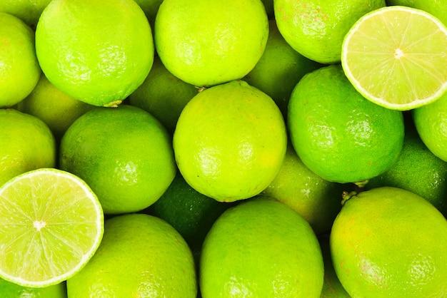 Molti lime freschi su sfondo bianco.