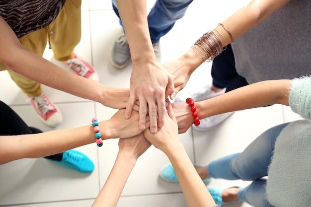 Molte mani di amici
