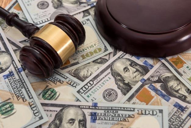 Molte banconote da cento dollari con il martello del giudice. giudizio e concetto di tangente