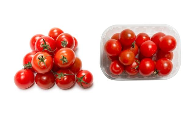 Molti piccoli pomodorini isolati su sfondo bianco. gruppo di pomodorini.