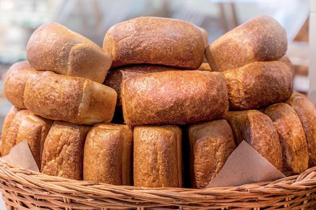 Molte pagnotte di pane in un cestino di vimini