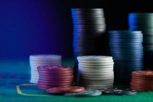 Molte fiches da poker multicolori sul tavolo da gioco